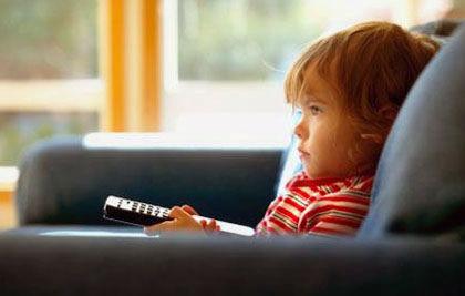 televizyon izleyen çocuk