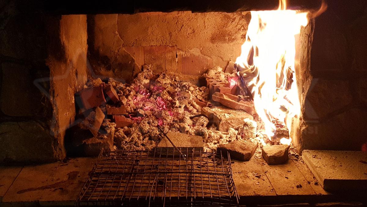 taş fırında odun ateşinde mangal